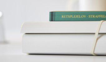 Retsplejelov straffelov bog advokat strafferet Århus