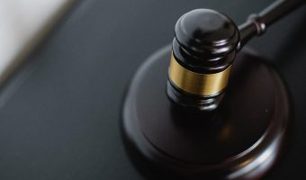 Domstol dom hammer advokat